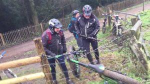 Wenn drei Männer versuchen, ein vom Elektrozaun gefangenes Fahrrad zu befreien
