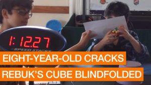 8 Alder løser blind Rubiks kube