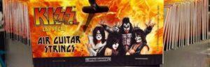 Kiss verkaufen Saiten für Luftgitarren
