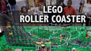 Lego montaña rusa en el parque de atracciones del dinosaurio