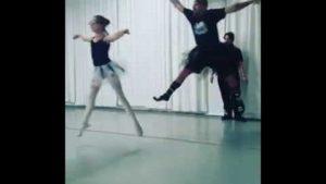 Väter, die mit ihren Töchtern Ballett lernen