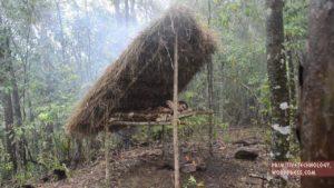 Come costruire un letto coperto nella foresta