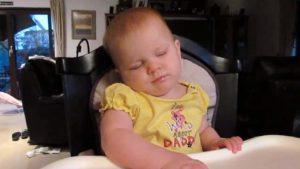 Babys, die sich nicht wachhalten können