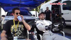 Liviu Opran maakt raceauto geluid met een blikje