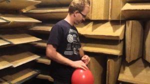 Wenn ein Luftballon in einem schalltoten Raum zerplatzt