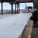 Ne zaman bir istasyonu üzerinden karlı yolda yavaş hareket yarışlarda bir tren