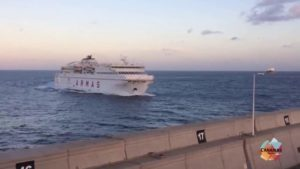 Gran Canaria, een veerboot in de haven muur, waardoor olievlek