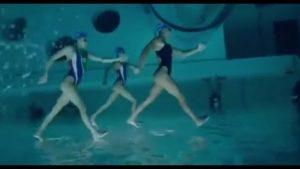 Synchron-Schwimmer, unter Wasser und verkehrt aufgenommen
