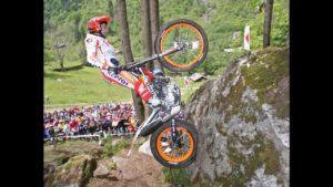 Toni Bou hüpft mit dem Motorrad über Stock und Stein
