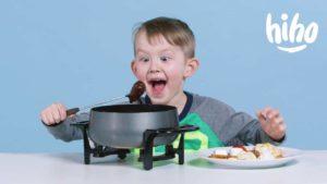 Wenn Kinder zum ersten Mal Fondue probieren