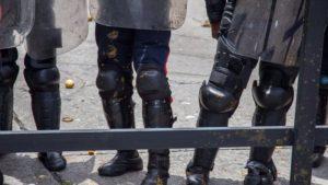 Venezuela: Mit Kot-Geschossen gegen Polizisten ?