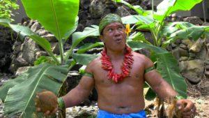 Samoanischer Häuptling zeigt, wie man eine Kokosnuss mit den Zähnen schält
