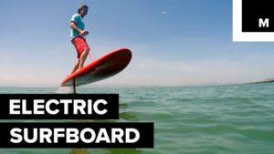 Surfing Without Waves: Elektrisches Surfboard bewegt sich ohne Wellen