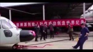 Bizarrer Weltrekord: Mann zieht mit Penis Helikopter über 10 Metern