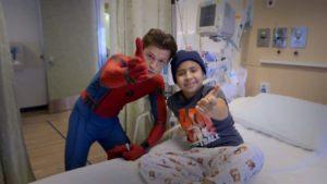 Schauspieler Tom Holland besucht als als Spider-Man ein Kinderkrankenhaus