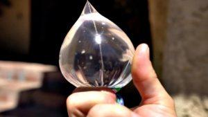 Wie man mit einem kleinen Plastikbeutel voll Wasser ein Feuer entzündend