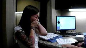 Taube Frau hört zum ersten Mal ihre eigene Stimme