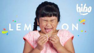 100 Kinder essen zum ersten Mal saure Zitronen