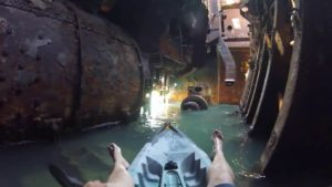 Kajakfahren in einem verlassenen Schiffswrack