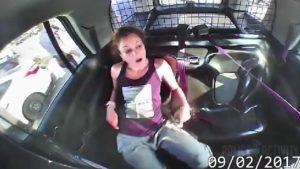 Frau befreit sich von den Handschellen und klaut das Polizeiauto
