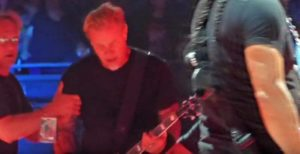 James Hetfield de Metallica plonge dans (ascenseurs)Trou