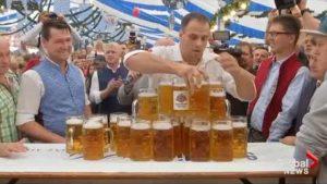 Neuer Weltrekord im Bier-Tragen aufgestellt