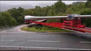 LKW manövriert 60 m lange Turbinenschaufel über eine extrem enge Brücke