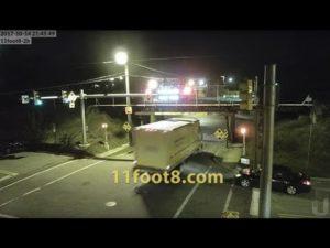 Jak ciężarówka jest ogolił dachu na moście