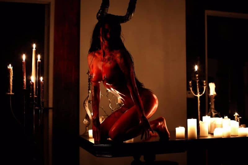 http://www.dravenstales.ch/wp-content/uploads/2017/11/halloween-is-for-devil-worshippers_02_1.jpg