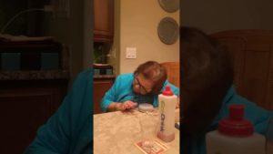 Wenn Oma zum ersten Mal Google Home testet