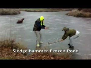 Winter Games på is: to personer, en forhammer og en frossen sø
