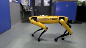 Boston Dynamics robot hund åpner kompisen dører