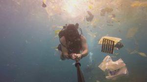 Tanto plástico! - Diver filmar depósito de lixo no oceano