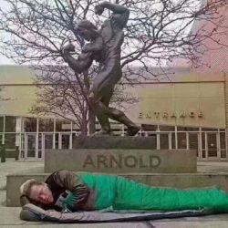 Arnold Schwarzenegger am Boden