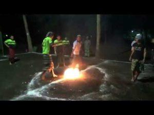 In Indien spielt man Fussball mit brennenden Bällen