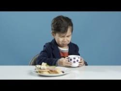 Amerikanische Kinder kosten Frühstück aus aller Welt