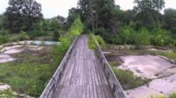 Mit der Drohne über den verlassenen Belle Isle Zoo in Detroit geflogen